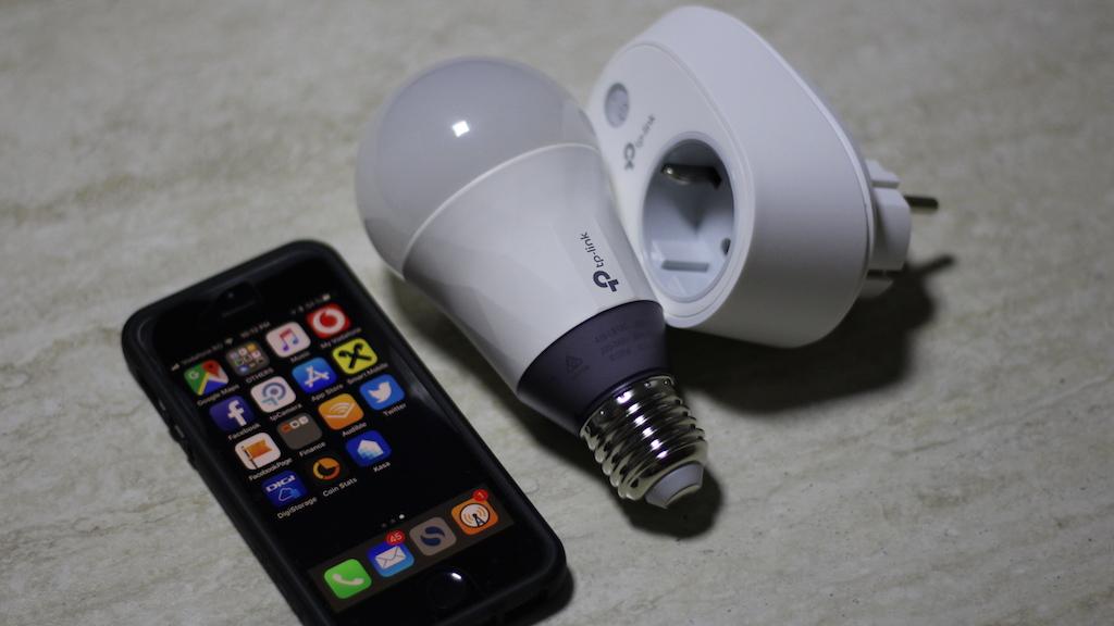 TP-Link Smart Plug & Smart LED Bulb. FOTO Adrian Boioglu