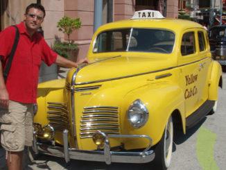 Adrian Boioglu și un Yellow Cab de la Universal Studios, Florida. FOTO boio.ro