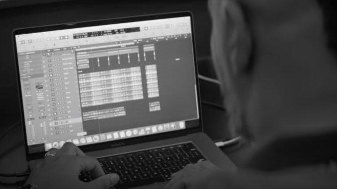 MacBook Pro folosit la muzică. FOTO Captură Video